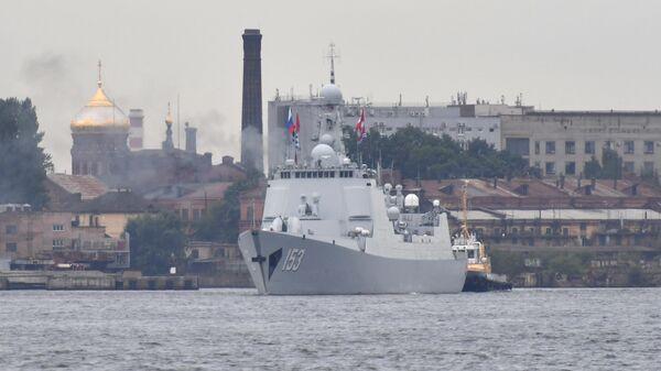 Ракетный эскадренный миноносец военно-морских сил КНР Си Ань в акватории Невы в Санкт-Петербурге. 24 июля 2019