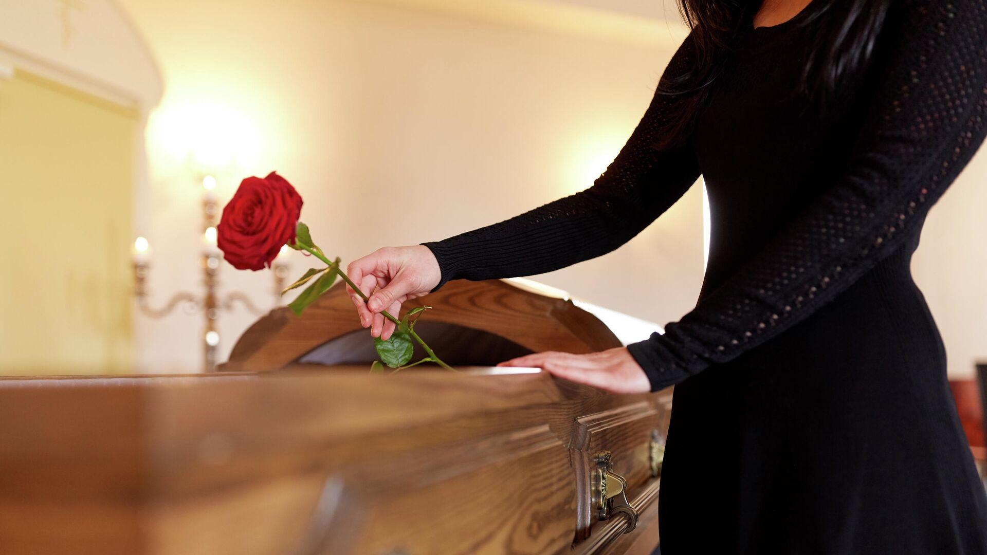 Женщина на похоронах - РИА Новости, 1920, 06.01.2021