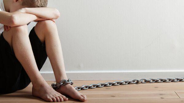Ребенок, прикованный цепью