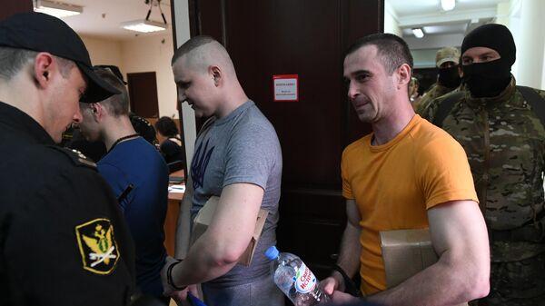 Задержанные украинские моряки перед заседанием Лефортовского суда города Москвы