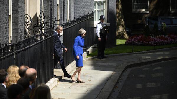 Тереза Мэй покидает резиденцию премьер-министра Великобритании на Даунинг-стрит, 10, в Лондоне. 24 июля 2019