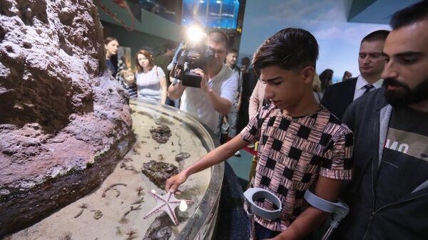 Мальчик из Ирака Касим Алькадим во время посещения Москвариума