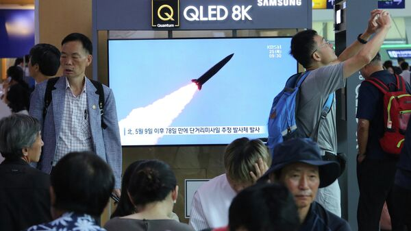 Жители Сеула смотрят по телевизору выпуск новостей о запуске ракет с территории КНДР. 25 июля 2019