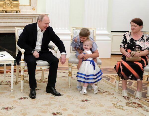 Президент РФ Владимир Путин во время встречи с пострадавшими от наводнения в Иркутской области семьями в Кремле