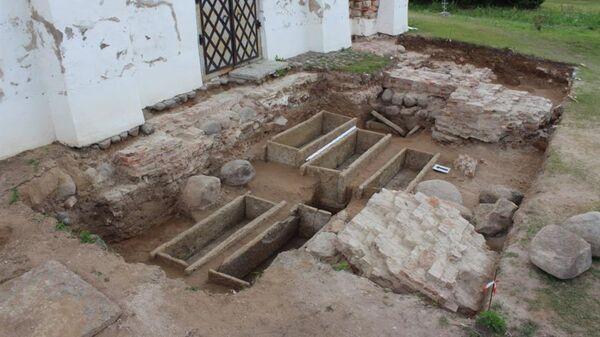 Каменные саркофаги, в которых были похоронены представители боярской верхушки Новгорода