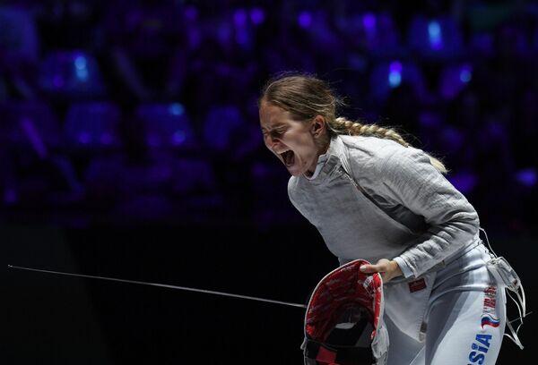 Софья Великая радуется победе в финальном поединке командных соревнований на саблях среди женщин на чемпионате мира по фехтованию в Будапеште