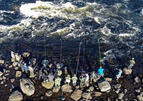 Рыбаки ловят рыбу на реке Умба в Мурманской области