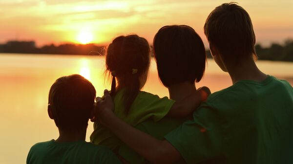 Семья смотрит на закат
