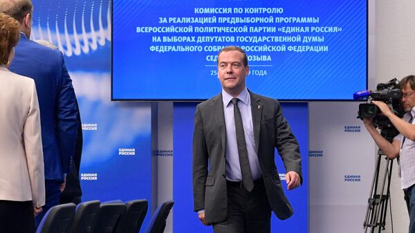Дмитрий Медведев перед началом очередного заседания Комиссии по контролю за реализацией предвыборной программы Единой России на выборах депутатов Государственной думы седьмого созыва