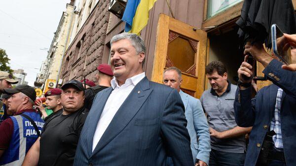 Экс-президент Украины Петр Порошенко у здания Государственного бюро расследований Украины. 25 июля 2019
