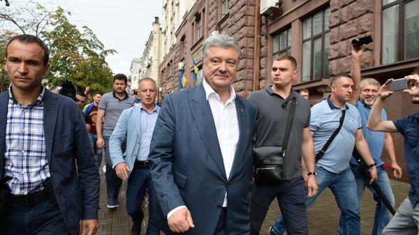 Экс-президент Украины Петр Порошенко после посещения Государственного бюро расследований