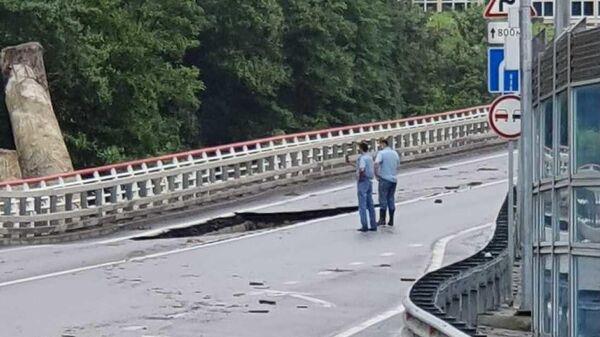 На месте обрушения части дорожного полотна автомобильной дороги А-147 в Сочи. 25 июля 2019