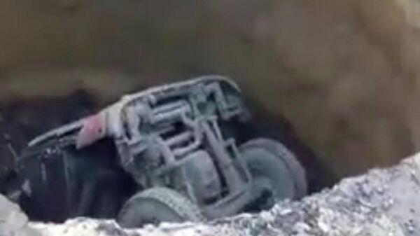 Скриншот видео, на котором Грузовик провалился под землю в городе Киселевске Кемеровской области