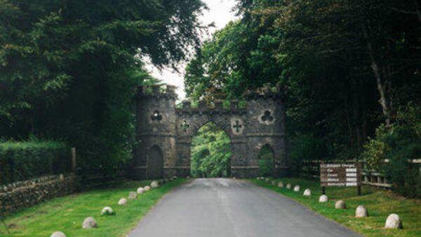 Арка над входом в лесопарк Толлимор, Северная Ирландия. Место действия фильма Игры престолов.