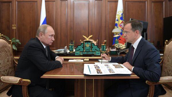 Владимир Путин и министр культуры Владимир Мединский во время встречи. 26 июля 2019
