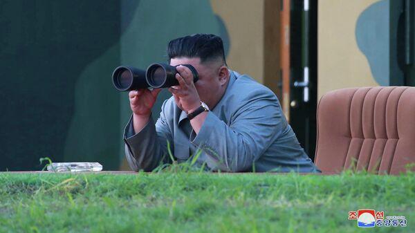 Северокорейский лидер Ким Чен Ын наблюдает за испытательными запусками ракет