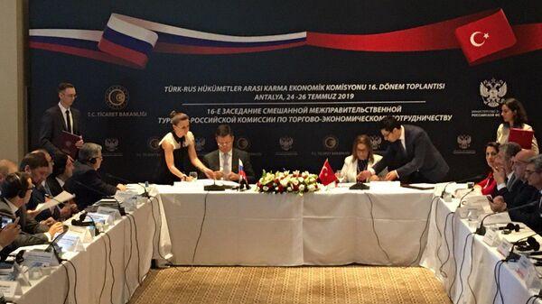Сопредседатели российско-турецкой межправкомиссии Александр Новак и Рухсар Пекджан подписывают соглашение по итогам заседания в Анталье. 26 июля 2019