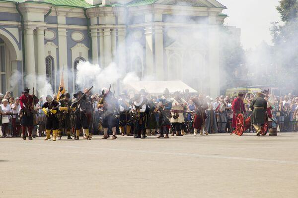 В красочном сражении участвовали представители различных видов русских и иностранных войск XVII века