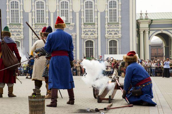 Участники фестиваля клубов военно-исторической реконструкции Кремли России во время реконструкции сражения