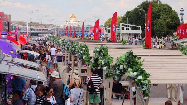 Посетители музыкально-гастрономического фестиваля Бургер фест в парке Горького в Москве