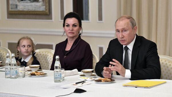 Президент РФ Владимир Путин во время встречи с членами семей офицеров, погибших на борту глубоководного аппарата в Баренцевом море. 27 июля 2019