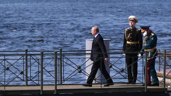 Президент РФ, верховный главнокомандующий Владимир Путин во время Главного военно-морского парада по случаю Дня Военно-морского флота РФ в Санкт-Петербурге. 28 июля 2019
