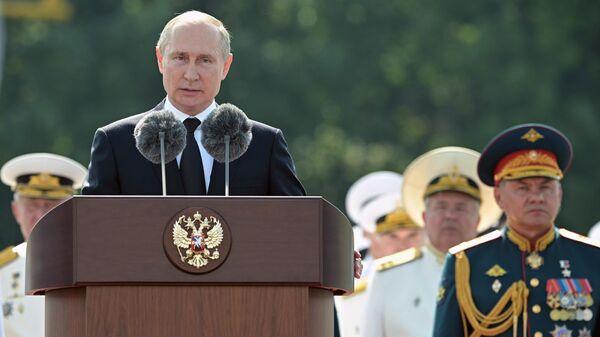 Президент России Владимир Путин выступает во время Главного военно-морского парада по случаю Дня Военно-морского флота РФ в Санкт-Петербурге. 28 июля 2019