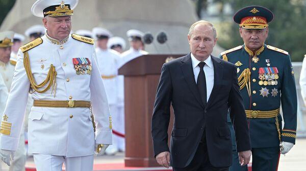 Президент России Владимир Путин принимает главный военно-морской парад в Санкт-Петербурге. 28 июля 2019