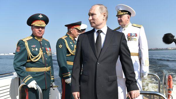 Президент РФ Владимир Путин на катере Раптор совершает обход парадного строя кораблей - участников Главного военно-морского парада. 28 июля 2019