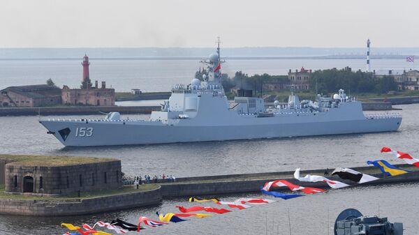 Ракетный эскадренный миноносец военно-морских сил КНР Сиань на главном военно-морском параде, посвященном Дню ВМФ, в Кронштадте