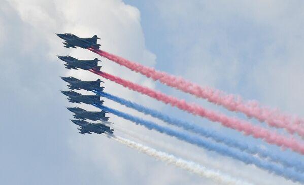 Штурмовики Су-25 в небе на главном военно-морском параде, посвященном Дню ВМФ, в Кронштадте