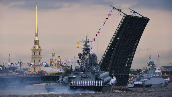 Малый ракетный корабль проекта 1234 Пассат и малый ракетный корабль проекта 21631 Серпухов у Дворцового моста на главном военно-морском параде, посвященном Дню ВМФ в Санкт-Петербурге