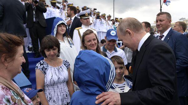 Президент РФ Владимир Путин общается со зрителями Главного военно-морского парада по случаю Дня Военно-морского флота РФ в Санкт-Петербурге