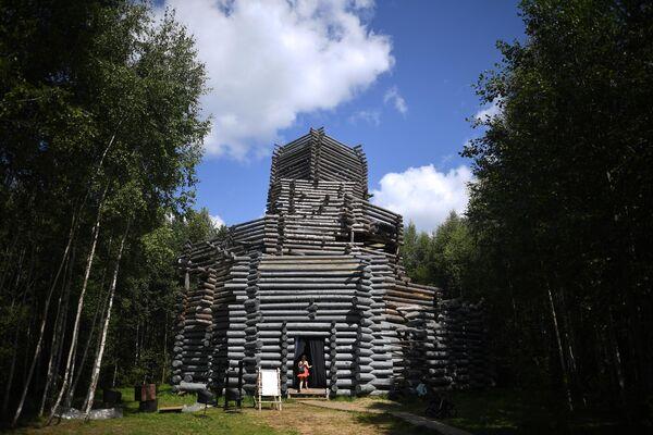 Объект Ленивый зиккурат на территории фестиваля Архстояние.