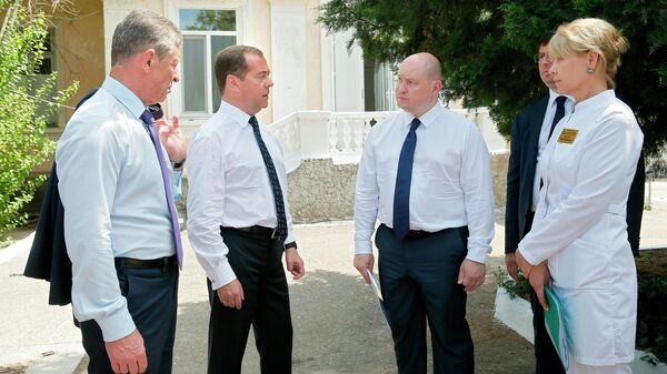 Председатель правительства РФ Дмитрий Медведев во время посещения Городской инфекционной больницы в Севастополе. 29 июля 2019