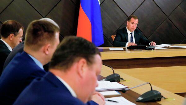 Председатель правительства РФ Дмитрий Медведев проводит совещание в Севастополе