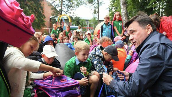 Губернатор Московской области Андрей Воробьев во время встречи с детьми из пострадавших от наводнения районов Иркутской области