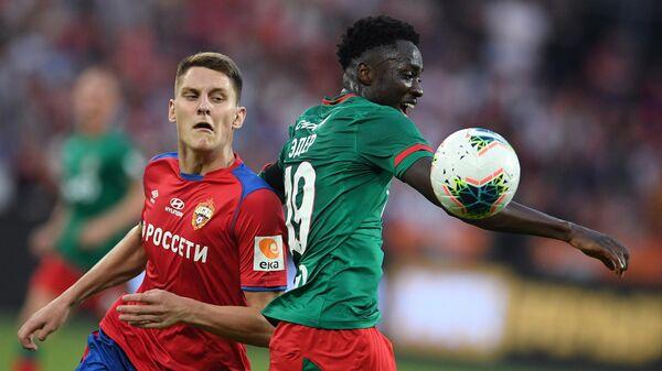 Игрок ЦСКА Игорь Дивеев (слева) и игрок Локомотива Антонио Эдер