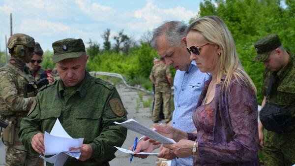 Представитель ЛНР в гуманитарной подгруппе на переговорах в Минске Ольга Кобцева на передаче заключенных украинским представителям