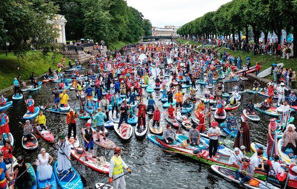 Участники международного фестиваля Фонтанка-SUP на реке Фонтанке в Санкт-Петербурге