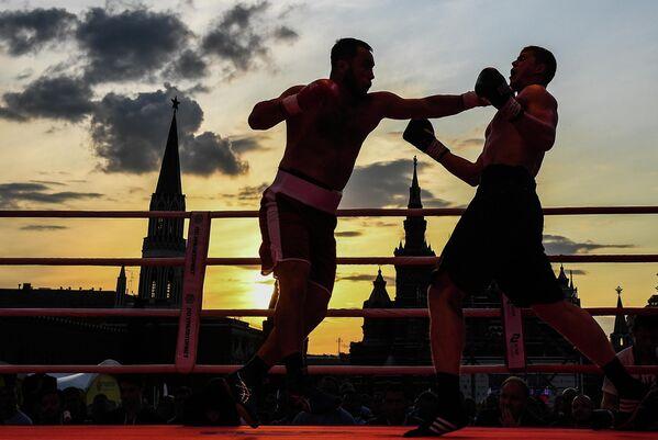 Бекзоджон Рахмонов (Узбекистан) и Вячеслав Рябов (Россия) в поединке в рамках Боксерского шоу на Красной площади