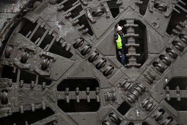 Рабочий на тоннелепроходческом щите во время строительства новой станции Некрасовской и Большой кольцевой линий Московского метрополитена Нижегородская