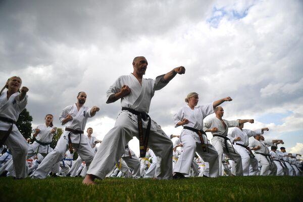 Групповое занятие восточными единоборствами в рамках фестиваля японских боевых искусств Будо в Москве