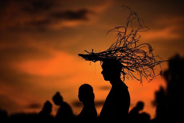 Посетители на фестивале ландшафтных объектов Архстояние в деревне Никола-Ленивец в Калужской области