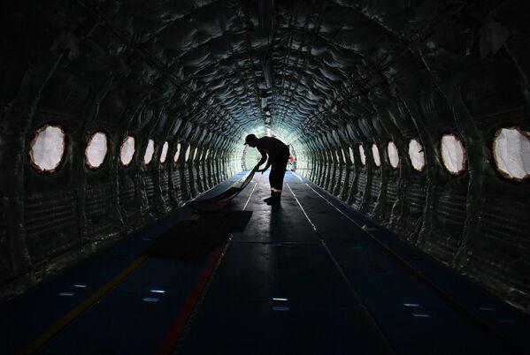 Рабочий внутри фюзеляжа самолета Sukhoi Superjet 100 на заводе имени Гагарина в Комсомольске-на-Амуре