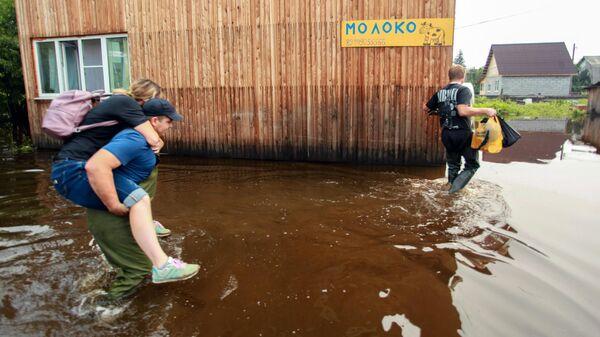 Местные жители в подтопленных жилых районах в поселке Большой Луг Иркутской области