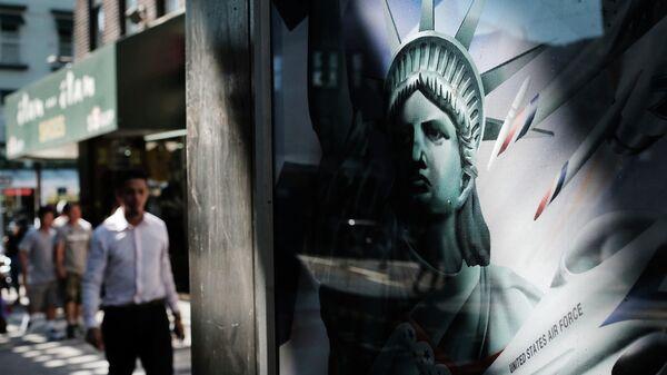 Изображение Статуи свободы на телефонной будке  в Нью-Йорке