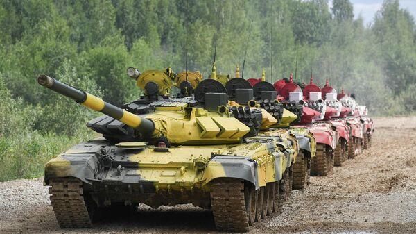 Колонна танков Т-72Б3 во время подготовки к международным соревнованиям Танковый биатлон-2019 на подмосковном полигоне Алабино