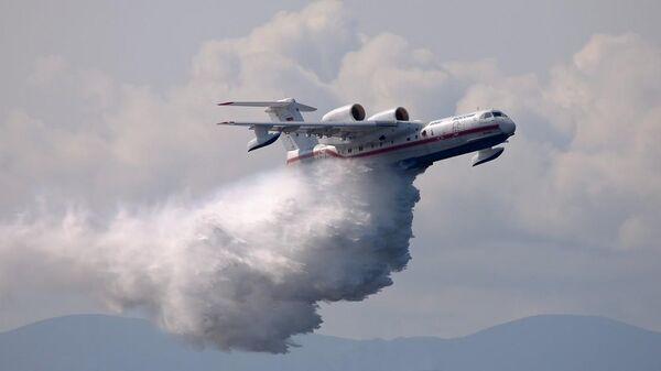 Самолет МЧС во время тушения лесных пожаров на севере Красноярского края