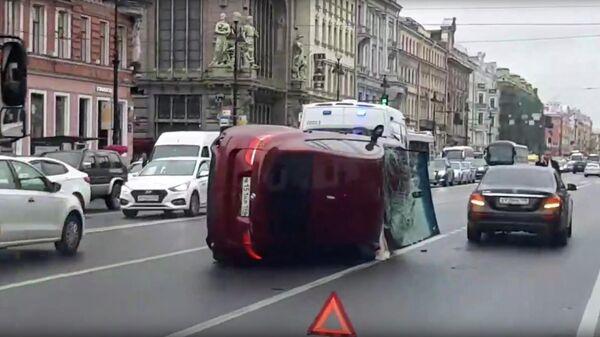 Последствия ДТП с участием автомобиля BMW на Невском проспекте в Санкт-Петербурге. 31 июля 2019